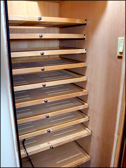 Drawers with low sides allow good air circulation.